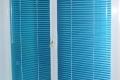 Синие горизонтальные жалюзи на стандартное окно