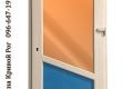 одностворчатая дверь с голубым и оранжевым стеклом и косой перемычкой