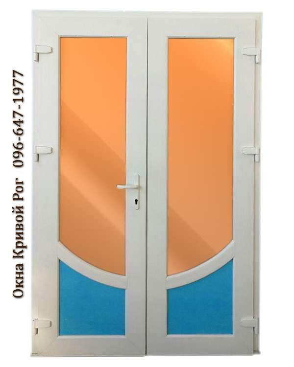 Красивые металлопластиковые двери с синим и оранжевым стеклом