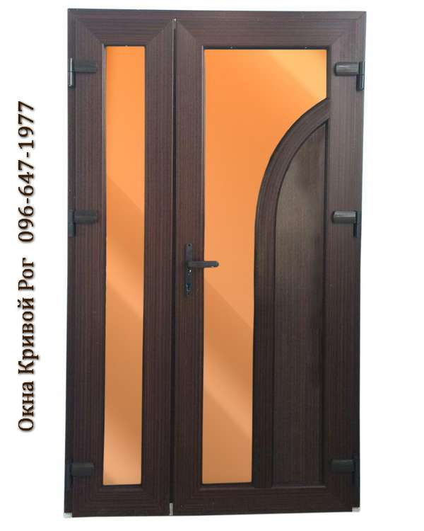 Металлопластиковые двери в тёмной коричневом цвете с изогнутыми плавными линиями