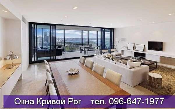 Большая стильная комната с панорамными окнами на балкон