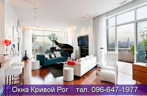 комната с роялем и большими окнами