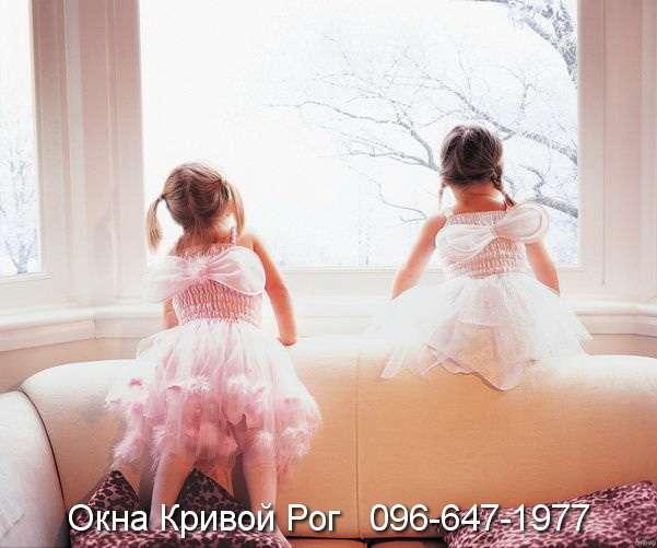 Детей как магнитом тянет к окнам