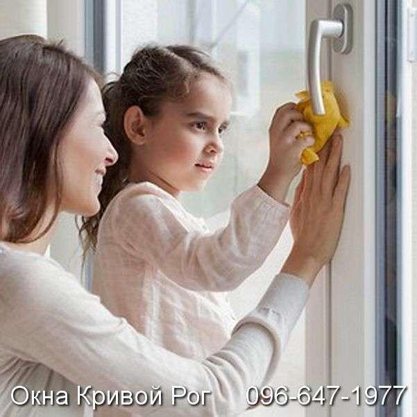 Пыль с пластиковых окон убирается очень легко