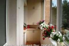 Шкаф на балконе с цветами