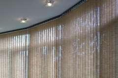 Вертикальные жалюзи на большие окна, соединённые между собой
