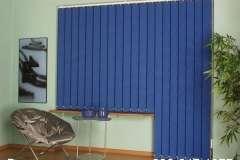 Синие вертикальные жалюзи с ламелями разной длины на балконный блок