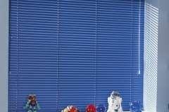 Синие горизонтальные жалюзи на окна