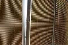 Тёмно коричневые горизонтальные жалюзи на пластиковые окна