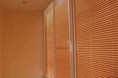 Ярко оранжевые горизонтальные жалюзи на окна