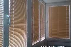 Светло коричневые горизонтальные жалюзи на окна