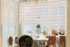 Тканевые жалюзи День-Ночь в интерьере комнаты в классическом стиле