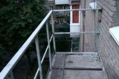 Вот так с новыми перилами можно расширить балкон