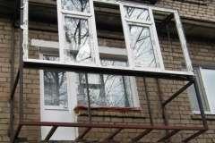 Расширили балкон почти в два раза и установили новые окна и перильное ограждение