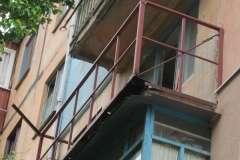 Новые перила и крепление балкона с поддержкой растяжками