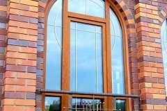 пластиковое коричневое окно с полукруглой перемычкой сверху