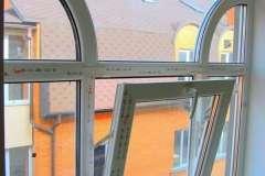 верхняя глухая часть металлопластикового окна содержит полукруглые перемычки, создающие стильный вид