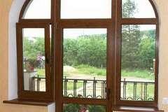 При остеклении балконов металлопластиковыми окнами используются те же основные правила монтажа, как и при обычном заполнении проёмов стандартных размеров