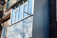 Обшивка балкона серым профлистом