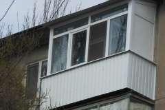 Балкон последнего этажа, обшитый профлистом белого цвета