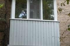 Небольшой балкон в сталинке, обшитый профлистом