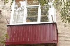 Балкон в сталинке, обшитый профлистом бардового цвета