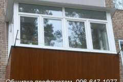 балкон с расширением, обшитый профлистом светло - коричневого цвета