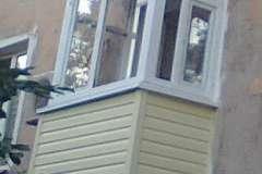 Сайдингом обшивают балконы в панельных и кирпичных домах