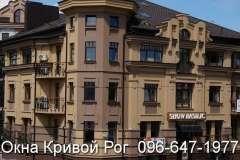 Коричневые окна Rehau в классическом стиле