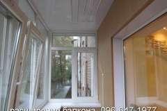Вид изнутри балкона, расширенного по уровню перил с выносом рамы