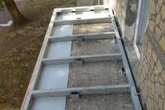 Для недорогого расширения балкона по уровню опорной плиті используют металлическую профильную трубу