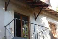 На этом балконе расширенное основание поддерживается растяжками в количестве 2 шт с каждой стороны