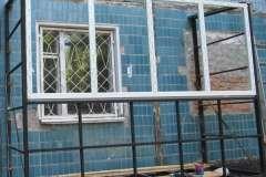 После установки металлокаркаса начинают монтаж пластиковых окон