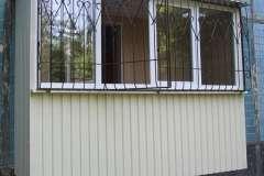 На этом пристроенном балконе решётку выполнили с открывающейся частью