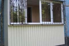 Для обшивки этого пристроенного балкона применили бежевый профнастил