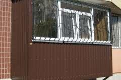 Пристроенный балкон на первом этаже девятиэтажного панельного дома