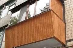 А это фото расширенного балкона с обшивкой коричневым пластиком