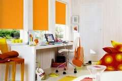 Оранжевые тканевые жалюзи на окна из дерева, пластика, алюминия