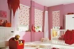Тканевые жалюзи с розовым оттенком в гостиной. Играем цветом.