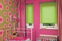 Нарядные зелёные тканевые жалюзи в спальню для детей