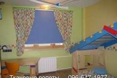 Синие тканевые роллеты на окна в пёструю, нарядную комнату