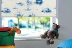 Белые тканевые жалюзи с синим рисунком для детской комнаты