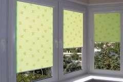 Окна с вертикальными тканевыми роллетами и мелким пятнистым рисунком