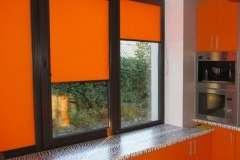 Оранжевые тканевые жалюзи на пластиковые окна