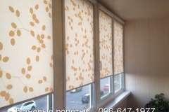 Светлые бело- жёлтые тканевые жалюзи на окна балкона