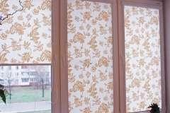 Тканевые рулонные шторы с коричневым рисунком на белом фоне