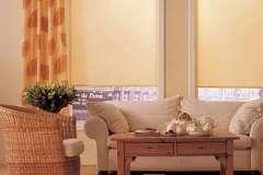 Рулонные шторы хорошо смотрятся как на маленьких, так и на больших окнах