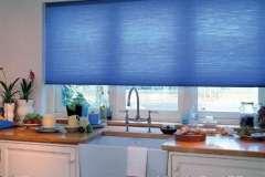 Синие тканевые жалюзи на окно