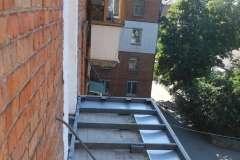 Основание Французского балкона поддерживаем растяжками