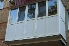 Французский балкон смотрится отлично и на панельном и на кирпичном доме